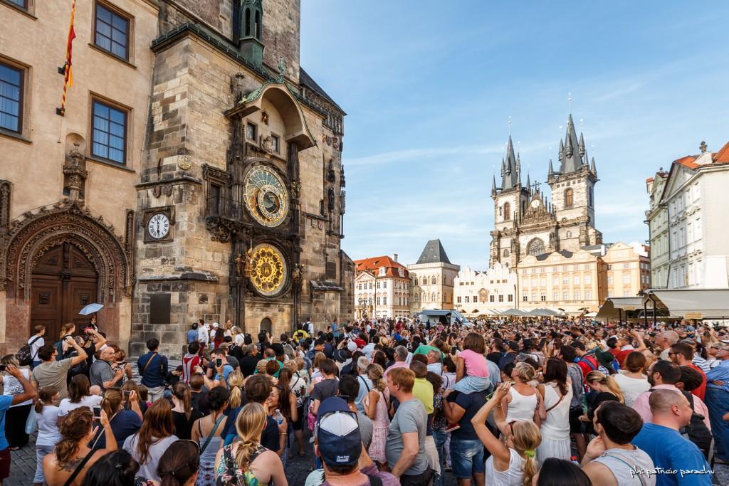 El reloj astronómico de más de 600 años y la Iglesia de Nuestra Señora detrás.