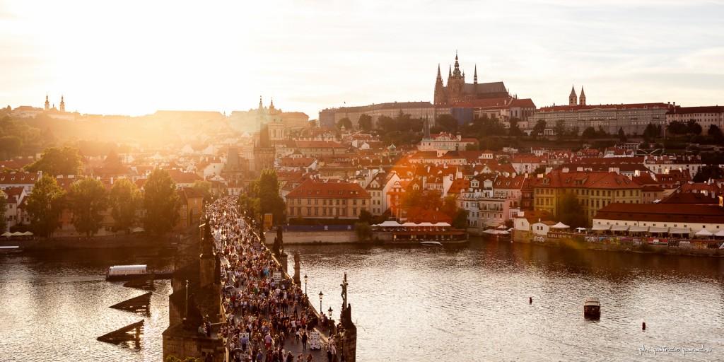 El puente, el río y la gente. El castillo, la catedral, el sol y el cielo. Praga...
