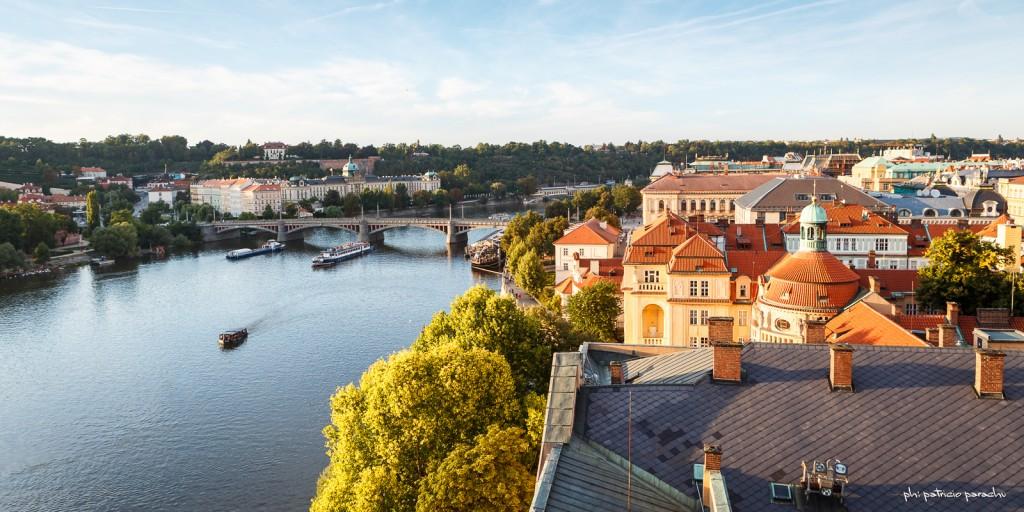 Uno de los tantos puentes que cruzan el río Vltava, visto desde una de las torres del Puente de Carlos.