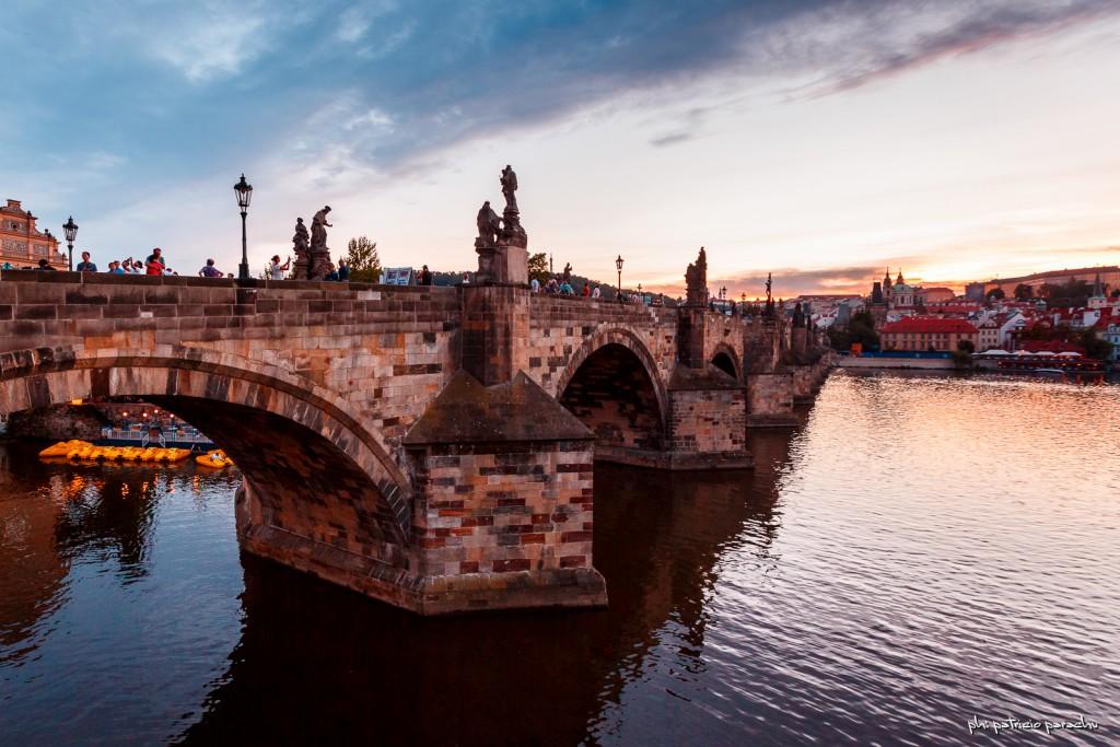 La puesta del sol sobre el Puente de Carlos.