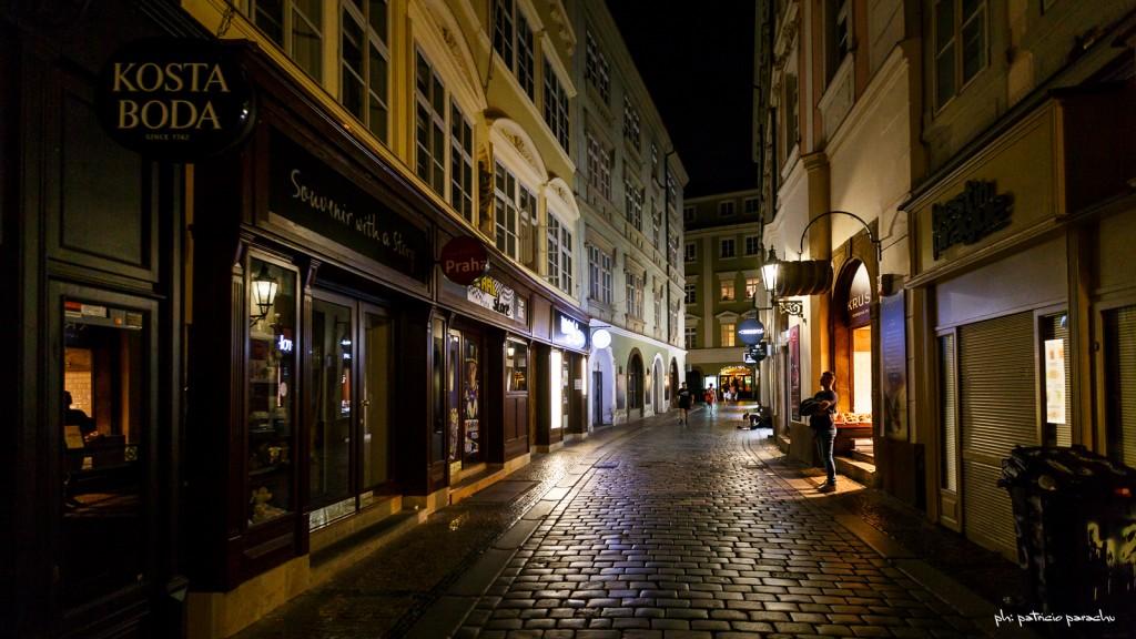 Recorriendo, de noche, las callecitas del centro histórico.